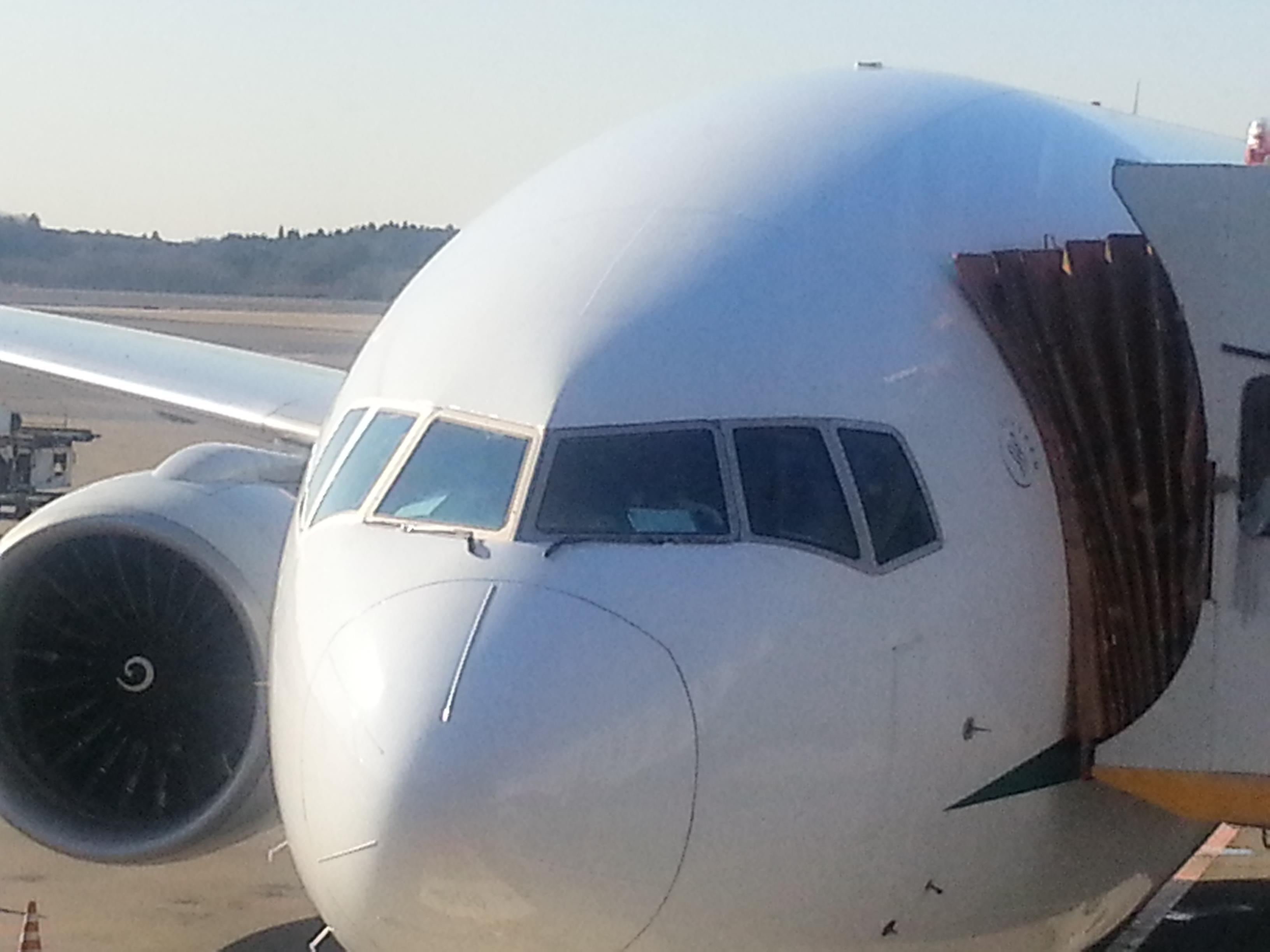 Aldo nella cabina di pilotaggio del Boing 777 Alitalia