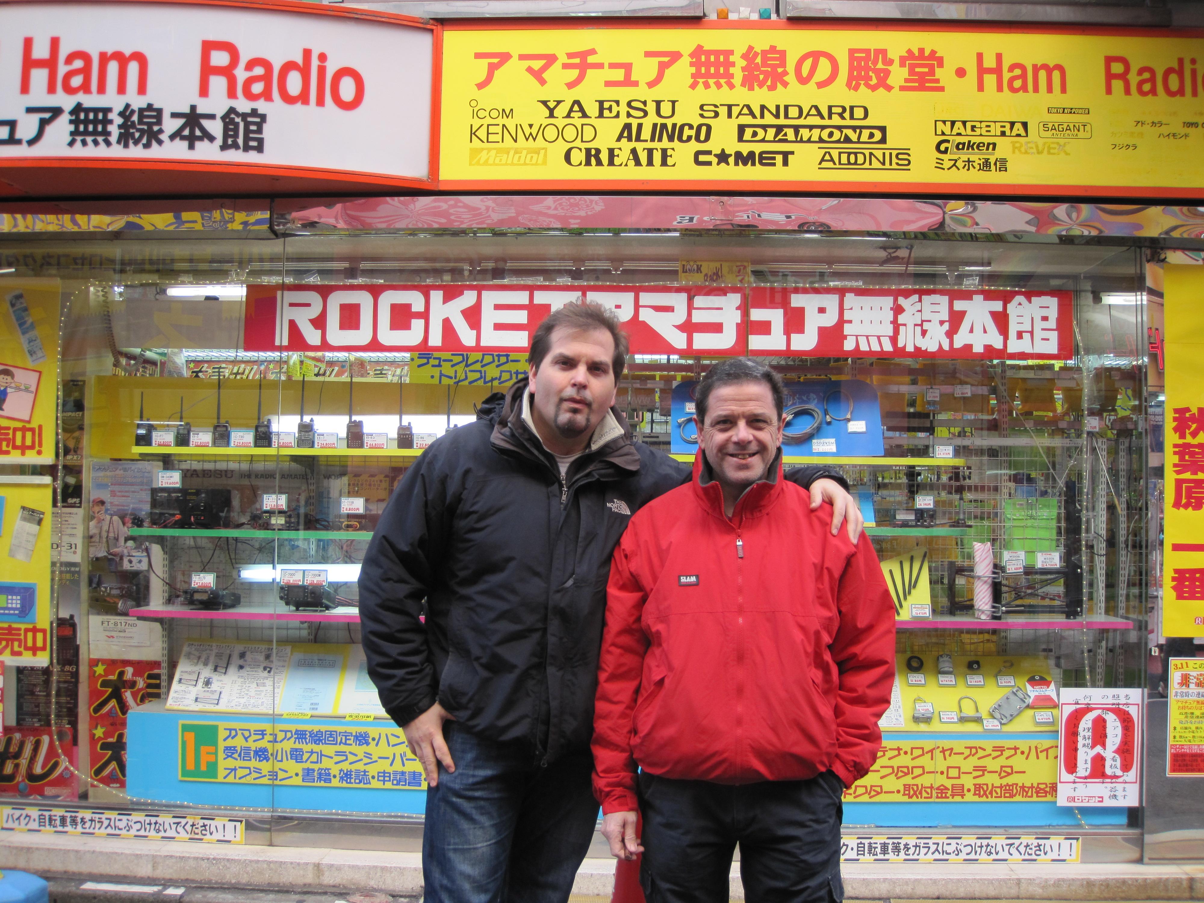 Aldo IZ0OZS e Alex IZ0RIN davanti Rocket Radio