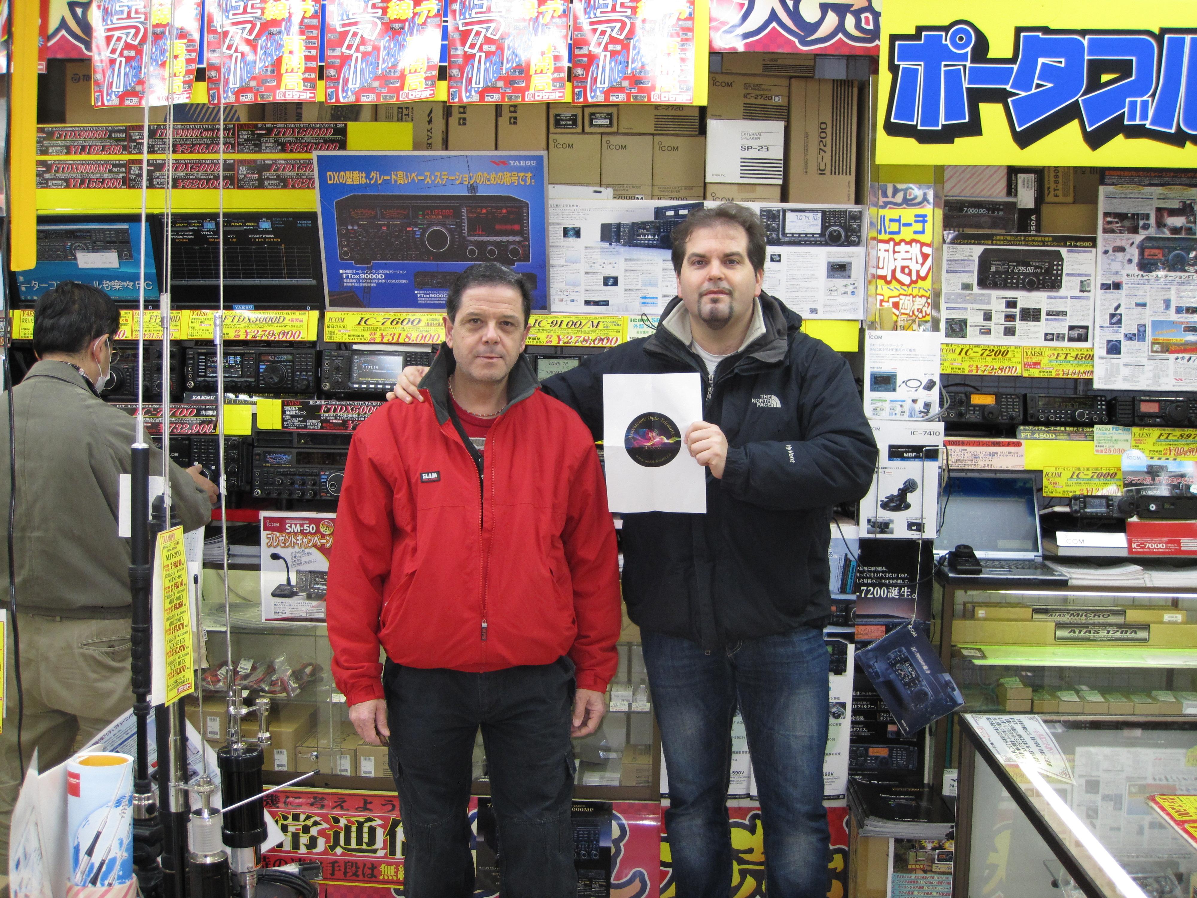 Aldo IZ0OZS e Alex IZ0RIN a Tokyo Negozio Rocket Radio con Logo Onda Telematica